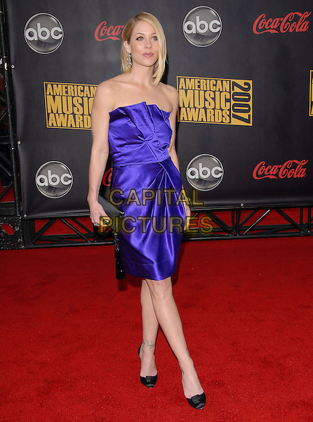 CHRISTINA APPLEGATE.At The 35th Annual American Music Awards held at The Nokia Theatre in Los Angeles, California, USA, .November 18, 2006..full length strapless blue purple dress black clutch bag shoes.CAP/DVS.©Debbie VanStory/Capital Pictures