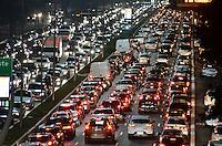 SÃO PAULO, SP, 29.08.2014 – TRÂNSITO EM SÃO PAULO: Trânsito na Av. 23 de Maio, próximo ao Parque do Ibirapuera, zona sul de São Paulo na tarde desta sexta feira. (Foto: Levi Bianco / Brazil Photo Press).
