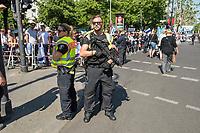 """Anlaesslich des sog. """"Al Quds-Marsch"""" protestierten am Samstag den 1. Juni in Berlin hundete Menschen unter dem Motto """"Kein Islamismus und Antisemitismus in Berlin – Gegen den Quds-Marsch"""".<br /> Zum Ende des islamischen Fastenmonats Ramadan marschieren radikale Islamisten, Anhaenger der Hisbollah und der Diktatur im Iran durch Berlin und rufen zum Kampf gegen Israel auf. Sie rufen dazu auf, die Juden aus Jerusalem (Quds) zu vetreiben und wollen Israel vernichten. Der """"Quds-Tag"""" wurde 1979 vom iranischen Revolutionsfuehrer Ayatollah Khomeini als politischer Kampftag etabliert, an dem weltweit fuer die Vernichtung Israels geworben wird.<br /> Zu dem Protest gegen den antisemitschen Aufmarsch riefen u.a. der DGB Berlin-Brandenburg, die Deutsch-Israelische Gesellschaft Berlin-Brandenburg, das  Juedische Forum fuer Demokratie und gegen Antisemitismus, die Juedische Gemeinde zu Berlin, der Lesben- und Schwulenverband Deutschland (LSVD) Berlin-Brandenburg und die Kurdische Gemeinde Deutschland auf. """"Wir demonstrieren für Solidaritaet mit Israel und protestieren gegen jede Form von antisemitischer und islamistischer Propaganda in Berlin.""""<br /> Im Bild: Polizisten mit Maschinenpistolen zum Schutz der Gegendemonstration. <br /> 1.6.2019, Berlin<br /> Copyright: Christian-Ditsch.de<br /> [Inhaltsveraendernde Manipulation des Fotos nur nach ausdruecklicher Genehmigung des Fotografen. Vereinbarungen ueber Abtretung von Persoenlichkeitsrechten/Model Release der abgebildeten Person/Personen liegen nicht vor. NO MODEL RELEASE! Nur fuer Redaktionelle Zwecke. Don't publish without copyright Christian-Ditsch.de, Veroeffentlichung nur mit Fotografennennung, sowie gegen Honorar, MwSt. und Beleg. Konto: I N G - D i B a, IBAN DE58500105175400192269, BIC INGDDEFFXXX, Kontakt: post@christian-ditsch.de<br /> Bei der Bearbeitung der Dateiinformationen darf die Urheberkennzeichnung in den EXIF- und  IPTC-Daten nicht entfernt werden, diese sind in digitalen Medien nach §95c UrhG rechtlich ges"""