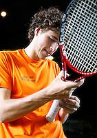 4-4-07, England, Birmingham, Tennis, Daviscup England-Netherlands, training, Robin Haase wikkeld een nieuwe tape om zijn racket
