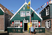 Het Marker museum in Marken. Marken heeft binnen de geschiedenis van Nederland een eigen plek. Het Marker Museum wil die eigenheid toegankelijk maken voor een breed publiek. Het exploiteren van dit kleine, bijzondere museum vormt een van de activiteiten van de Vereniging Historisch Eiland Marken (VHEM). Naast de unieke Marker klederdracht staan gebruiksvoorwerpen, volkskunst, keramiek en kunst  centraal .