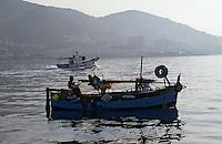Europe/France/Corse/2A/Corse-du-Sud/Golfe d'Ajaccio: Pointu à la pêche devant les iles Sanguinaires à l'aube