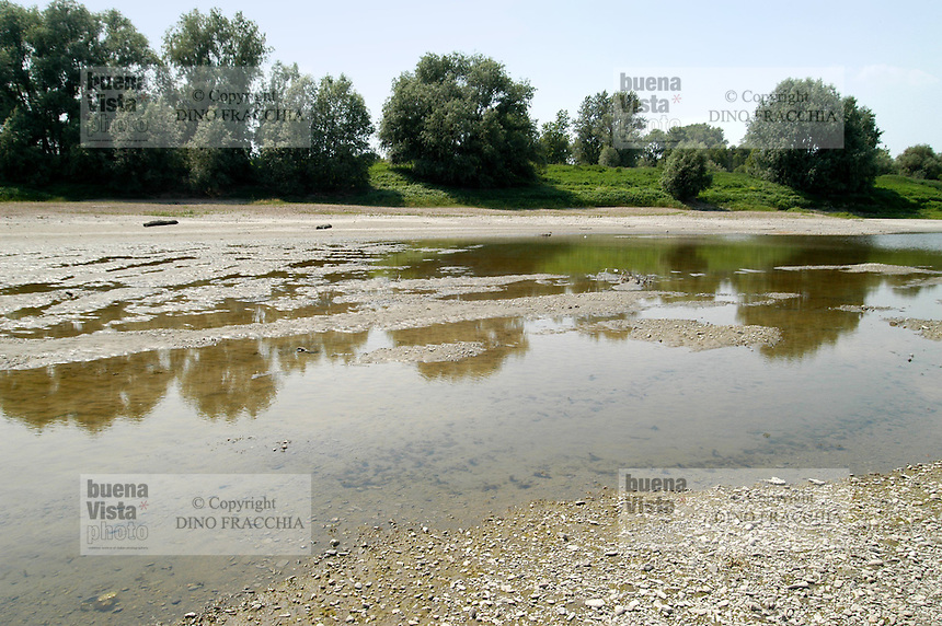 - the Po river near Cremona to the lowest historical levels for the exceptional drought....- il fiume Po nei pressi di Cremona ai minimi livelli storici per la siccità eccezionale
