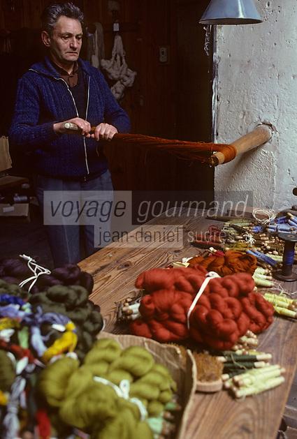 """Europe/France/Limousin/23/Creuse/Aubusson: Atelier Tabard - Mochage: l'échevau est torsadé pour obtenir """"une moche"""" [Non destiné à un usage publicitaire - Not intended for an advertising use]<br />  PHOTO D'ARCHIVES // ARCHIVAL IMAGES<br /> FRANCE 1980"""