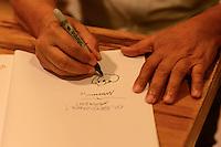 """SÃO PAULO, SP, 06.11.2015 - LIVRO-SP - Lançamento de duas novas obras do cartunista e criador da turma da Mônica, Maurício de Souza: """"Mônica é daltônica"""" e """"Os azuis"""" na Livraria Cultura do Conjunto Nacional nesta sexta-feira, 06. (Foto: Marcos Bizzotto/Brazil Photo Press)"""