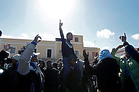 LAMPEDUSA. IMMIGRATI PROTESTANO CONTRO IL PROTRARSI DELLA LORO PERMANENZA SULL'ISOLAFOTO CIRO DE LUCA