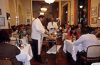 "Europe/Italie/Emilie-Romagne/Bologne : Restaurant ""Diana"" via Independenza - Le service des viandes"