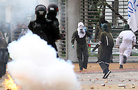 BOGOTA -COLOMBIA. 07-05-2014.  Fuertes  disturbios en la Universidad Nacional que  protagonizaron   por varias horas encapuchados que lanzaron piedras , bombas papa y molotov contra la Policia Nacional en apoyo al paro agrario.  / Unrest in the National University staged for several hours hooded threw stones at the National Police to support the agricultural strike. Photo: VizzorImage/ Felipe Caicedo / Staff