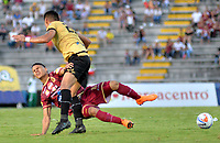 IBAGUÉ - COLOMBIA, 29-09-2018: Erik Correa (Izq) jugador de Deportes Tolima disputa el balón con Jhonny Vasquez (Der) jugador de Rionegro Aguilas durante partido por la fecha 12 de la Liga Águila II 2018 jugado en el estadio Manuel Murillo Toro de la ciudad de Ibagué. / Erik Correa (L) player of Deportes Tolima vies for the ball with Jhonny Vasquez (R) player of Rionegro Aguilas during match for the date 12 of the Aguila League II 2018 played at Manuel Murillo Toro stadium in Ibague city. Photo: VizzorImage / Juan Carlos Escobar / Cont