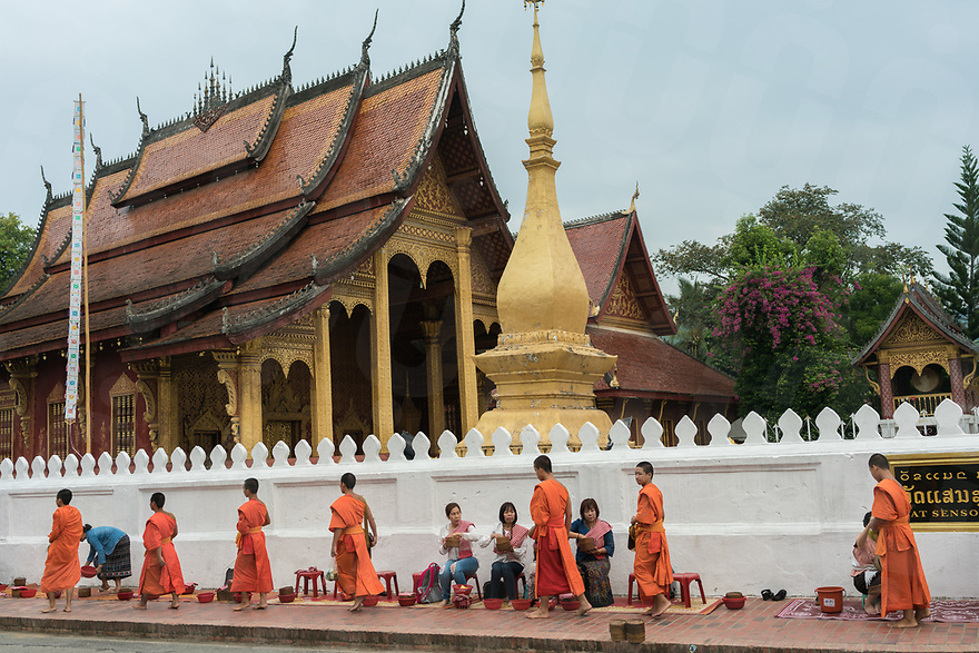 May 06, 2017 - Luang Prabang (Laos). Buddhist monks receive alms in the streets in front of Wat Sene. © Thomas Cristofoletti / Ruom