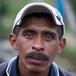 24 noviembre 2014. <br /> Carlos Cu Coc 41 a&ntilde;os de Santa Maria Julh&aacute;, Cob&aacute;n, Guatemala es un l&iacute;der comunal y  vecino contra el proyecto de construcci&oacute;n de una hidroel&eacute;ctrica de la empresa Renace construida por el grupo Cobra.<br /> La llegada de algunas compa&ntilde;&iacute;as extranjeras a Am&eacute;rica Latina ha provocado abusos a los derechos de las poblaciones ind&iacute;genas y represi&oacute;n a su defensa del medio ambiente. En Santa Cruz de Barillas, Guatemala, el proyecto de la hidroel&eacute;ctrica espa&ntilde;ola Ecoener ha desatado cr&iacute;menes, violentos disturbios, la declaraci&oacute;n del estado de sitio por parte del ej&eacute;rcito y la encarcelaci&oacute;n de una decena de activistas contrarios a los planes de la empresa. Un grupo de ind&iacute;genas mayas, en su mayor&iacute;a mujeres, mantiene cortado un camino y ha instalado un campamento de resistencia para que las m&aacute;quinas de la empresa no puedan entrar a trabajar. La persecuci&oacute;n ha provocado adem&aacute;s que algunos ecologistas, con &oacute;rdenes de busca y captura, hayan tenido que esconderse durante meses en la selva guatemalteca.<br /> <br /> En Cob&aacute;n, tambi&eacute;n en Guatemala, la hidroel&eacute;ctrica Renace se ha instalado con amenazas a la poblaci&oacute;n y falsas promesas de desarrollo para la zona. Como en Santa Cruz de Barillas, el proyecto ha dividido y provocado enfrentamientos entre la poblaci&oacute;n. La empresa ha cortado el acceso al r&iacute;o para miles de personas y no ha respetado la estrecha relaci&oacute;n de los ind&iacute;genas mayas con la naturaleza. &copy;Calamar2/ Pedro ARMESTRE<br /> <br /> The arrival of some foreign companies to Latin America has provoked abuses of the rights of indigenous peoples and repression of their defense of the environment. In Santa Cruz de Barillas, Guatemala, the project of the Spanish hydroelectric Ecoener has caused murders, violent riots, the declaration of a 