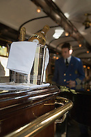 Europe/République Tchèque/Prague:A bord de l'Orient-Express Train de Luxe qui assure la liaison Calais,Paris , Prague,Venise - Steward à bord de la voiture bar [Non destiné à un usage publicitaire - Not intended for an advertising use]