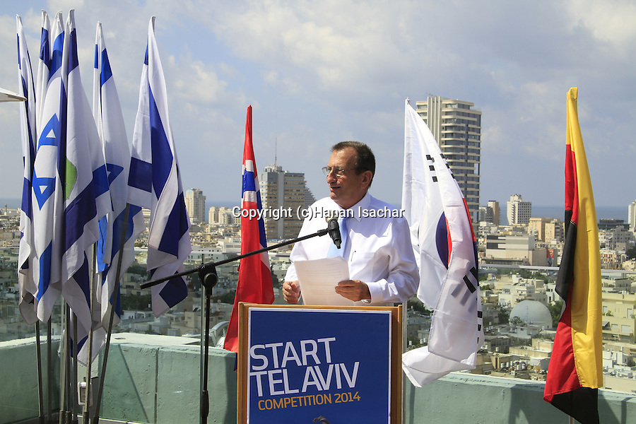 Mayor of Tel Aviv-Yafo Ron Huldai welcomes the participants of the Start Tel Aviv 2014 competition