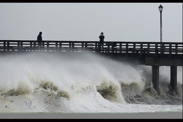 """JLX24. NUEVA YORK (ESTADOS UNIDOS), 29/10/2012.- Una mujer fotografía las olas en Nueva York, Estados Unidos, hoy, lunes 29 de octubre de 2012. El huracán """"Sandy"""" se encuentra a 180 kilómetros en el sudeste de Atlantic City, en Nueva Jersey, donde tocará tierra """"pronto esta tarde"""", advirtió hoy el Centro Nacional de Huracanes (CNH) de EE.UU. EFE/Justin Lane"""
