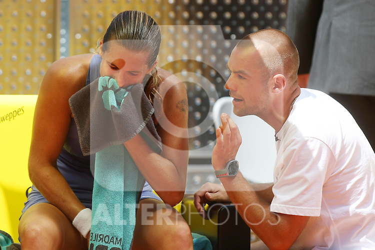 France's Amelie Mauresmo (l) and her coach Hugo Lecoq during his Madrid Open Semi final match.May 15 2009.(ALTERPHOTOS/Acero).