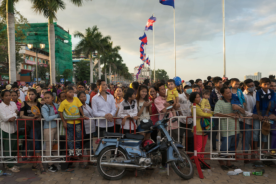November 13, 2016 - Phnom Penh (Cambodia). Thousands of people watch the beginning of the competitions from the riverside of Phnom Penh. © Thomas Cristofoletti / Ruom