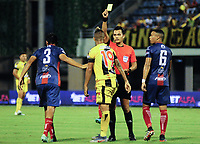 BARRANCABERMEJA - COLOMBIA, 22-09-2019: Nicolas Gallo, árbitro, muestra la tarjeta amarilla a Cesar Arias de Alianza durante partido por la fecha 12 de la Liga Águila II 2019 entre Alianza Petrolera y Unión Magdalena jugado en el estadio Daniel Villa Zapata de la ciudad de Barrancabermeja. / Nicolas Gallo, referee, shows the yellow card to Cesar Arias of Alianza during the match for the date 12 as part of Aguila League II 2019 between Alianza Petrolera and Union Magdalena played at Daniel Villa Zapata stadium in Barrancabermeja city. Photo: VizzorImage / Jose Martinez / Cont