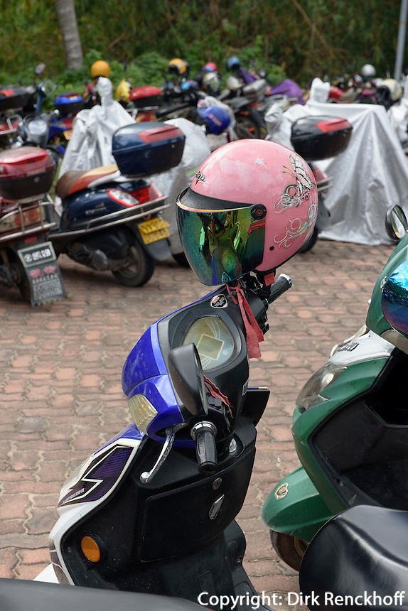 Motorr&auml;der und Schutzhelme  in Sanya auf der Insel Hainan, China<br /> motorbikes and helmets in Sanya, Hainan island, China