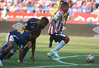 BARRANQUIILLA -COLOMBIA-08-03-2015. Macnelly Torres (Der) jugador del Atlético Junior elude a jugadores de Uniautonoma durante partido por la fecha 8 de la Liga Águila I 2015 jugado en el estadio Metropolitano Roberto Meléndez de la ciudad de Barranquilla./ Macnelly Torres (R) player of Atletico Junior aludes players of Uniautonoma during match for the 8th  date of the Aguila League I 2015 played at Metropolitano Roberto Melendez stadium in Barranquilla city.  Photo: VizzorImage/Alfonso Cervantes/STR