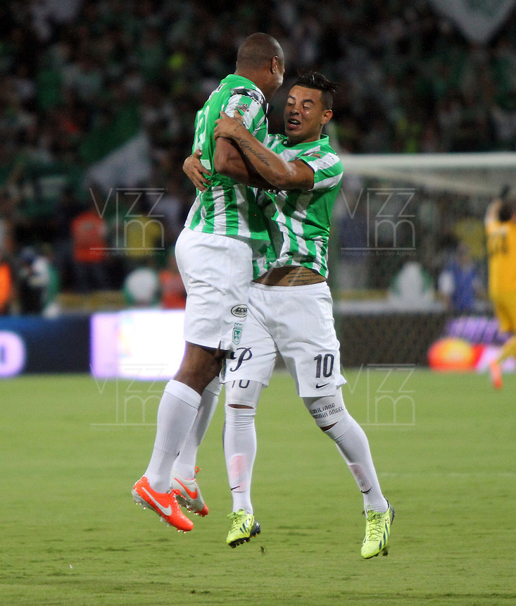 MEDELLÍN -COLOMBIA-21-05-2014. Alexis Henriquez (Izq) y Edwin Cardona (Der) de Atlético Nacional celebran un gol del primero anotado a Atlético Junior durante partido de vuelta por la final de la Liga Postobón I 2014 jugado en el estadio Atanasio Girardot de la ciudad de Medellín./ Atletico Nacional Players Alexis Henriquez (R) and Edwin Cardona (R) celebrate a goal by the first scored to Atletico Junior during the second leg match for the final of the Postobon League I 2014 at Atanasio Girardot stadium in Medellin city. Photo: VizzorImage / Felipe Caicedo / Staff