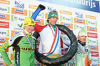 SCHAATSEN: EMMEN: KPN NK Marathon Natuurijs, 08-02-2012, Podium mannen, Simon Schouten, winnaar Jorrit Bergsma, Rick Smit, ©foto: Martin de Jong