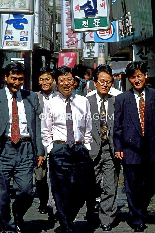 Executivos coreanos em Seul, Coréia do Sul. 1999. Foto de Ricardo Azoury.