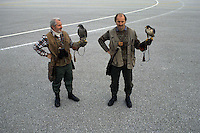 Nell'aeroporto Ronchi dei legionari, alle dirette dipendenze della torre di controllo, dei falconieri con i loro falchi si occupano della sicurezza e della protezione degli aerei in partenza e in decollo, eliminando i rischi che gli stormi di uccelli finiscano nei motori, con gravi conseguenze..At the airport Ronchi dei Legionari, reporting directly to the control tower, the falconers with their hawks are concerned for the safety and security of aircraft departing or off, eliminating the risk that the flocks of birds end up in the engines, with serious consequences....