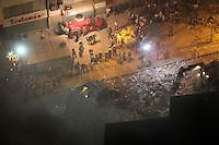RIO DE JANEIRO, RJ, 25 DE JANEIRO DE 2012 - DESABAMENTO PREDIO CENTRO RIO DE JANEIRO - Permanece um trabalho intenso na remoção de escombros do prédio que ruiu no centro do Rio de janeiro na noite desta quarta- feira (25). Britadeiras estão sendo usadas na tentativa de socorrer eventuais vítimas soterradas. Dois feridos já foram retirados e encaminhados ao Hospital Souza Aguiar. Polícia e Defesa Civil afastaram imprensa e população do local, pois ainda há risco de novos desabamentos em um prédio ao lado do destruído. Há controvérsia sobre o número de andares do edifício que desmoronou, que teria 18 pavimentos. Há dúvidas, inclusive, se outros dois prédios também teriam desabado. (FOTO: GUTO MAIA - NEWS FREE).
