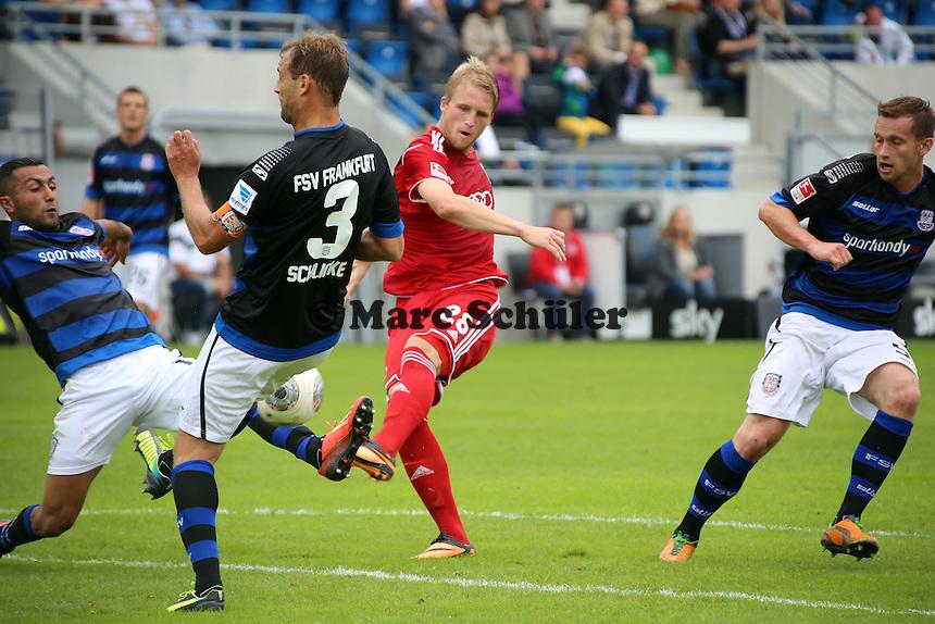 Philipp Hofmann (Ingolstadt) zieht ab, Joan Oumari und Bjoern Schlicke (FSV ) verteidigen - FSV Frankfurt vs. FC Ingolstadt, 8. Spieltag, Frankfurter Volksbank Stadion