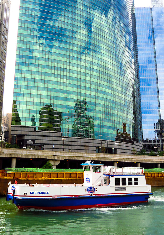 The curved exterior of 333 West Wacker Drive as seen on the Chicago Architecture Foundation's river cruise. (DePaul University/Jamie Moncrief)