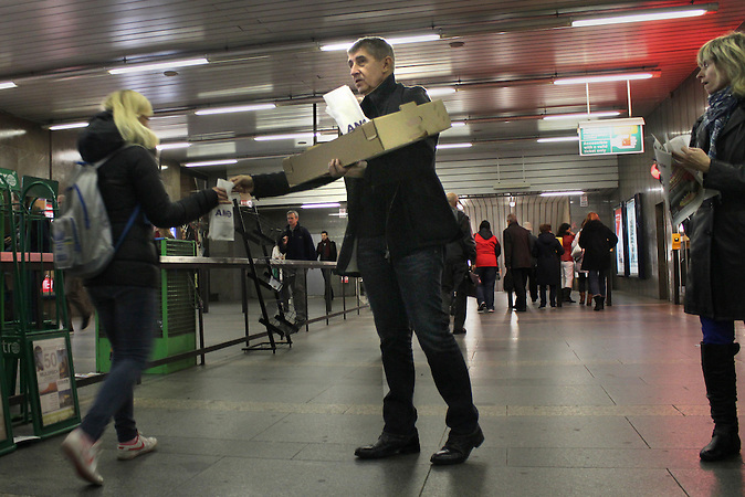 Andrej Babis, Gründer der ANO-Partei, verteilt Pfannkuchen an einer Prager Metrostation. / Andrej Babis, founder of ANO-party, gives out cakes at a metro station in Prague