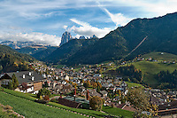 Italien, Suedtirol, Dolomiten, St. Ulrich im Groednertal vorm Langkofel und der Sellagruppe | Italy, South Tyrol, Alto Adige, Dolomites, Ortisei at Val Gardena with Sassolungo mountain and Sella Group