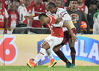 BOGOTÁ -COLOMBIA, 18-12-2016: Juan Daniel Roa (L) player of Independiente Santa Fe struggles for the ball with Angelo Rodriguez (R) player of Deportes Tolima, during a match for the second leg between Independiente Santa Fe and Deportes Tolima, for the final of the Liga Aguila II -2016 at the Nemesio Camacho El Campin Stadium in Bogota city. Photo: VizzorImage/ Gabriel Aponte / Staff