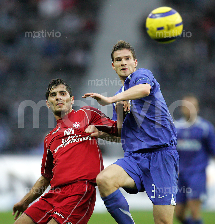 Fussball Bundesliga 2005/2006  Hertha BSC Berlin - 1. FC Kaiserslautern (3:0)  Halil Altintop (FCK,l) gegen Arne Friedrich (Hertha).