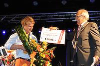 TURNEN: HEERENVEEN: centrum Heerenveen, 16-08-2012, Huldiging Olympisch kampioen, Epke Zonderland ontvangt uit handen van wethouder Lykele Buwalda een cheque van 1000 Euro voor een goed doel naar keuze, ©foto Martin de Jong