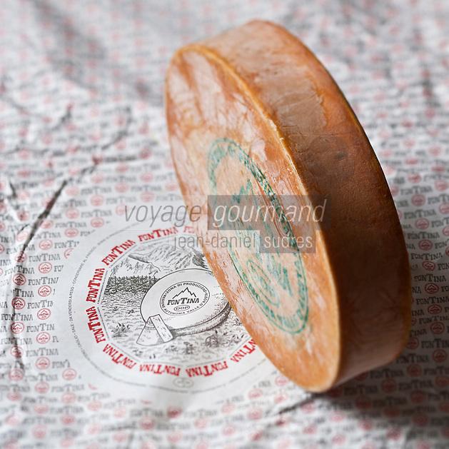 Europe/Italie/Val d'Aoste/  Aoste:  La fontina , en français: Fontine  est un fromage italien, à base de lait  cru de vache à texture demi-dure, produit au Val d'Aoste.  // Europe, Italy, Aosta Valley, Aosta:  Fontina cheese<br /> <br /> <br /> - Stylisme : Valérie LHOMME
