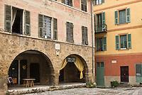 Europe/France/Provence-Alpes-Côtes d'Azur/06/Alpes-Maritimes/Alpes-Maritimes/Arrière Pays Niçois/Sospel: La place St-Michel- maisons aux façades colorées
