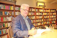 """Der Darmstädter Krimiautor Michael Kibler stellt seinen neuen Kriminalroman """"Sterbenszeit"""" im Rahmen einer Premierenlesung vor und signiert anschließend das Werk für seine Fans"""
