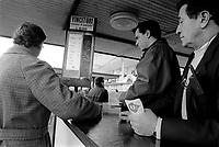 - Milan, San Siro Racecourse, harness racing; bookmaker (November 1990)....- Milano, ippodromo di S.Siro, corse al trotto; raccoglitore di scommesse (novembre 1990)