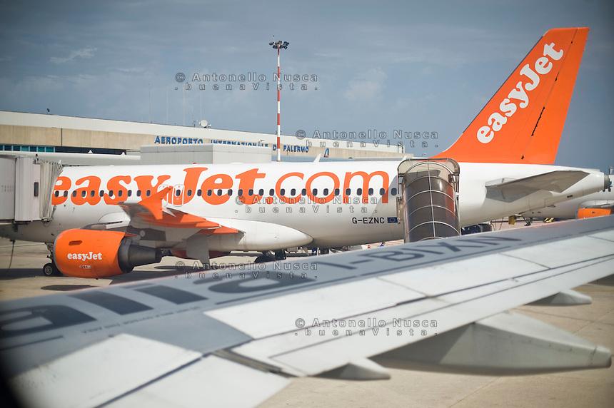 Un aereo della compagnia low cost easy jet fermo all'aeroporto Punta Raisi di Palermo