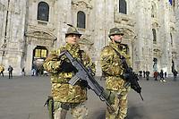 - Milano 25.11.2015 - L'esercito in servizio di sicurezza antiterrorismo intorno alla Cattedrale il Duomo<br /> <br /> - Milan 25/11/2015 - The army in service of anti-terrorism security around the Cathedral Duomo