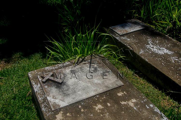 Túmulo, localizado ao lado da igreja Nossa Senhora de Santana, na península de Freguesia de Santana em Ilha Grande, Angra dos Reis - RJ, 01/2014.