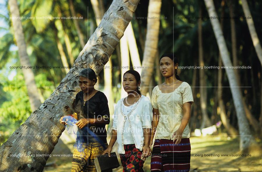 INDIEN Andamanen und Nikobaren, Insel Little Andaman, Dorf Harminder Bay der Nikobaresen wurde auch durch Tsunami zerstoert , die von der Insel Car Nicobar stammenden Nikobaresen wurden 1972 von der indischen Regierung auf Little Andaman angesiedelt / INDIA Andaman and Nicobar, Island Little Andaman, Nicobarese women in village Harminder Bay which was affected by Tsunami disaster