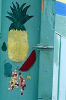 Les Bahamas /Ile d'Eleuthera/Harbour Island/Dunmore Town: détail de l'enseigne d'un des petits bar de rue dans les cabanons prés du port // he Bahamas / Eleuthera Island / Harbor Island / Dunmore Town: detail of the sign of one of the small street bar in the cabanons near the harbor