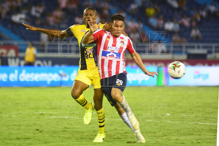BARRANQUILLA - COLOMBIA ,02-05-2019: Teofilo Gutierrez  (Der.) jugador del Atlético Junior   disputa el balón con Jeisson Palacios  (Izq.) jugador de  Alianza Petrolera   durante partido por la fecha 19 de la Liga Águila I 2019 jugado en el estadio Metropolitano Roberto Meléndez de la ciudad de Barranquilla . / Teofilo Gutierrez (R) player of Atletico Junior fights for the ball with Jeisson Palacios  (L) player of  Alianza Petrolera    during the match for the date 19 of the Liga Aguila I 2019 played at Metropolitano Roberto Melendez Satdium in Barranquilla City . Photo: VizzorImage / Alfonso Cervantes / Contribuidor.