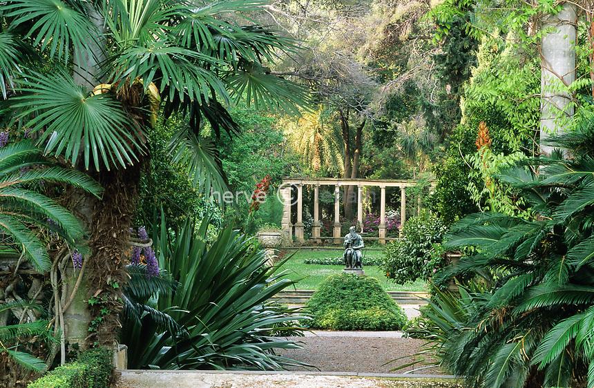 06/ Jardin botanique &quot;Les Cèdres&quot;<br /> Perspective partant de la façade ouest de la villa vers une statue de Moïse et un hémicycle de colonnades.