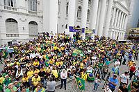CURITIBA, PR, 26.03.2017 – PROTESTO-PR – Grupos que protagonizaram manifestações pelo impeachment da presidente Dilma Rousseff (PT) protestam contra o voto em lista fechada neste domingo(26), na praça Santos Andrade, centro de Curitiba (PR). (Foto: Paulo Lisboa/Brazil Photo Press)