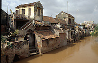 Häuser am Fluss in der Ha Nam Binh-Provinz, Vietnam