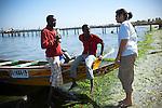 premier essai en mer du cerf volant de survie sur une pirogue avec deux p&ecirc;cheurs du port de Ann. <br /> <br /> a kite for rescue the artisans fishermen of Senegal this is the dream of Stephane Blanco