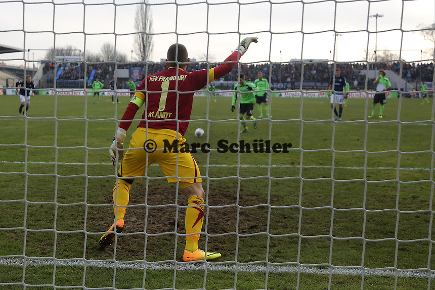 Moritz Stoppelkamp (1860) erzielt per Elfmeter gegen Patric Klandt (FSV) das 1:1 - FSV Frankfurt vs. TSV 1860 München Frankfurter Volksbank Stadion